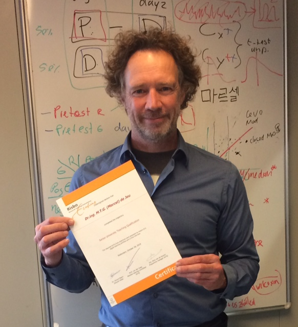 Dr. de Jeu received the Senior University Teaching Qualification Certificate (SUTQ; NL: SKO)